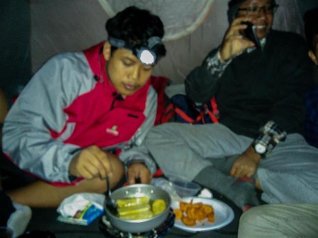 Memasak di dalam tenda