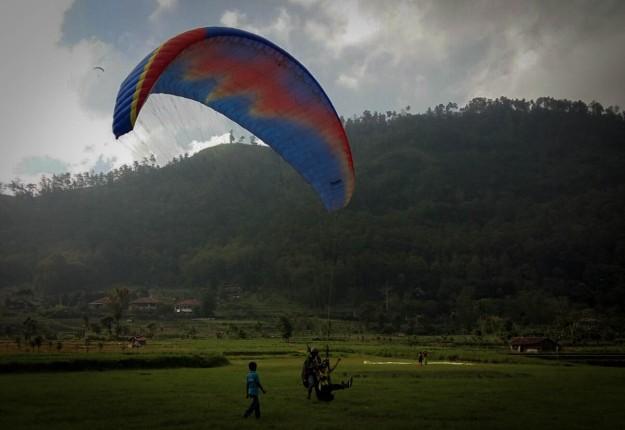 Landing di lapangan rumput (photo by Rika)