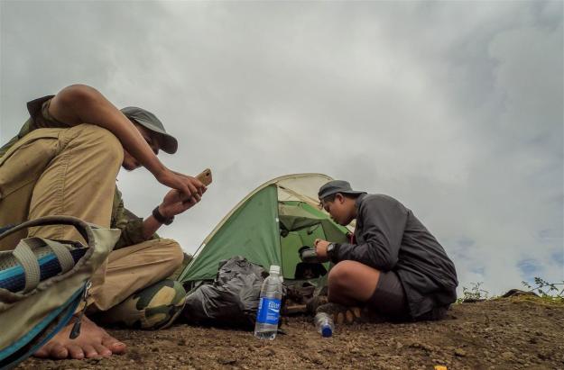 Makan siang di luar tenda