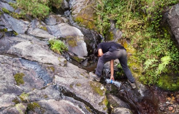 Mengambil air di sungai