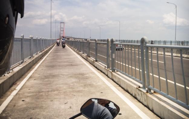 Menyeberang Jembatan Suramadu