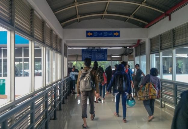 Berjalan di koridor menuju jalur bus