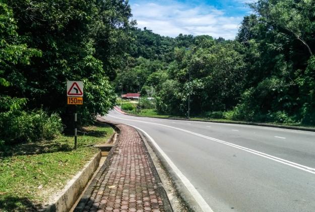 Jalan turun adalah ke arah Jubilee Hotel. Jalan naik adalah ke arah pertigaan Jln. Kampong Kianggeh-Jln. Subok.