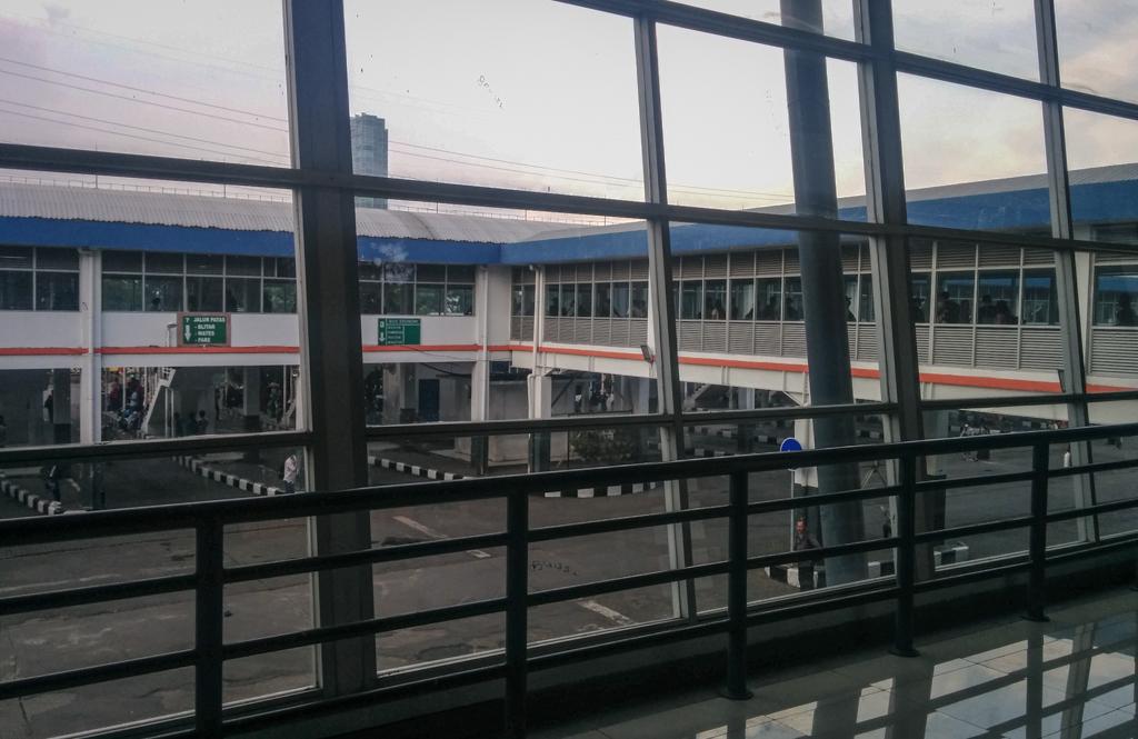 Koridor menuju jalur bus