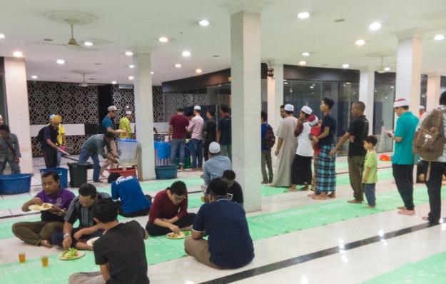 Berbuka puasa di Masjid Negara setelah sholat Maghrib