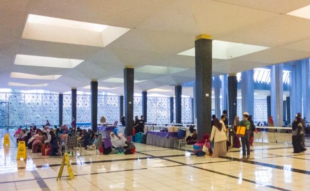 Orang-orang menunggu berbuka puasa di Masjid Negara