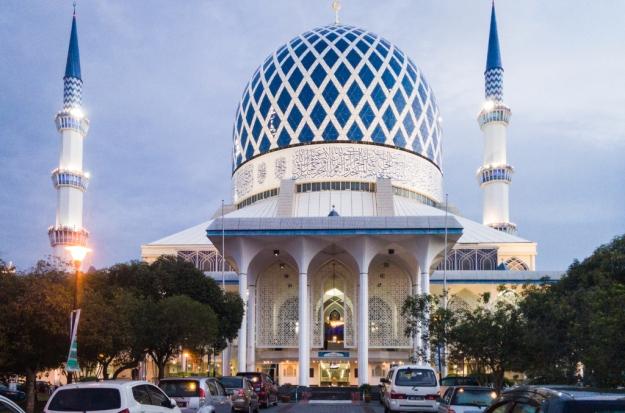 Masjid Sultan Shalahuddin Abdul Aziz Shah saat maghrib