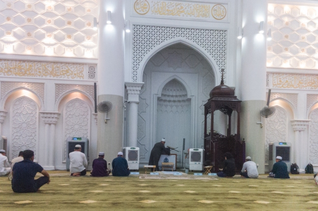 Menunggu waktu Isya' di Masjid Al-Bukhary