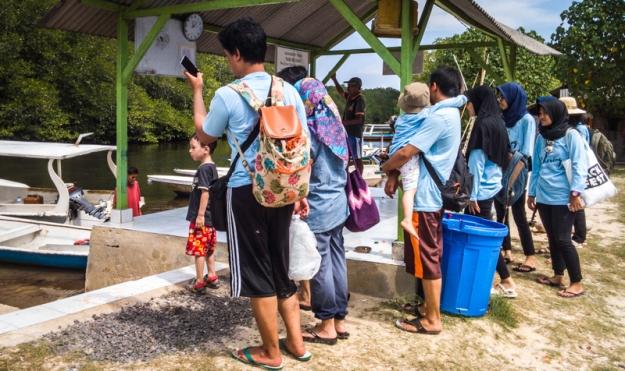 Bersiap menaiki perahu di dermaga mangrove point
