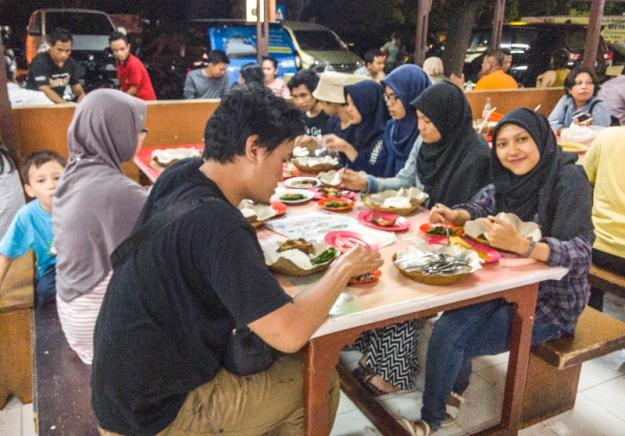 makan malam bersama di Ayam Betutu Khas Gilimanuk