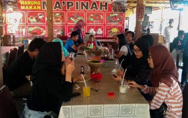 Makan siang di Warung Makan Ma'Pinah
