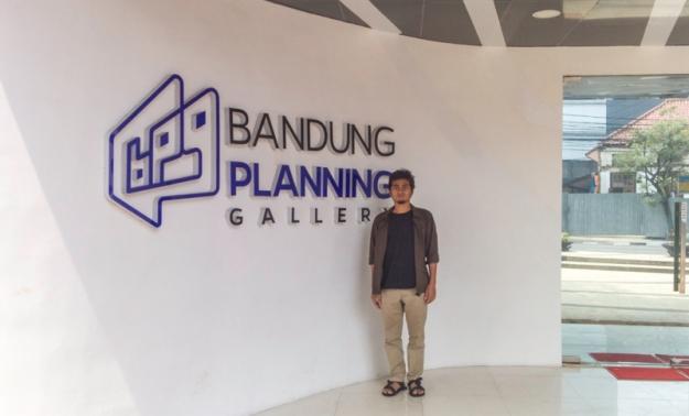 Di depan pintu masuk Bandung Planning Gallery