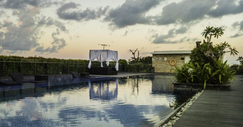 Suasana kolam renang H. Sovereign Bali saat sunrise