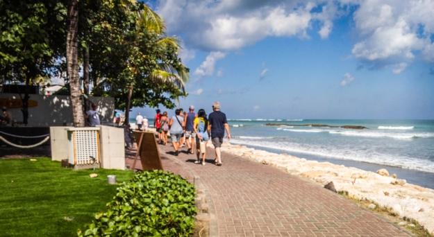 Berjalan kaki menyusuri Pantai Kuta