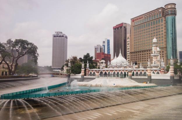 Air mancur di sekeliling Masjid Jamek