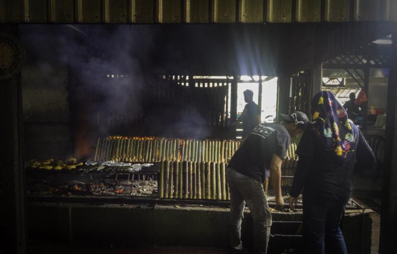 Bambu-bambu berisi lemang tengah dibakar