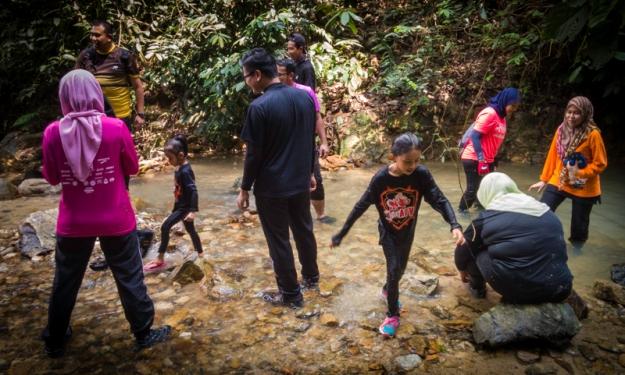 Singgah di sungai kecil