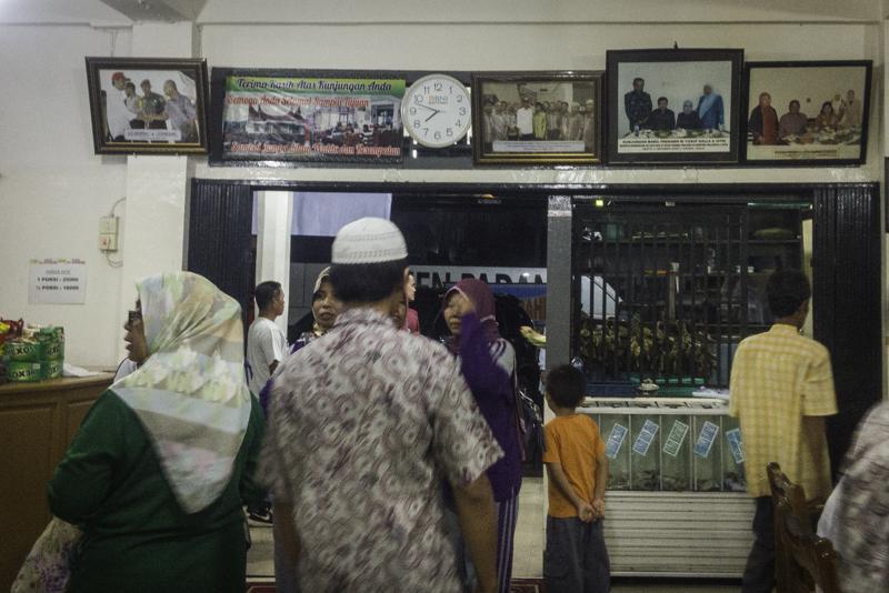 Foto-foto pejabat yang berkunjung ke Sate Mak Syukur