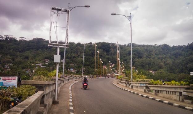 Jalan kaki menyusuri Jembatan Siti Nurbaya