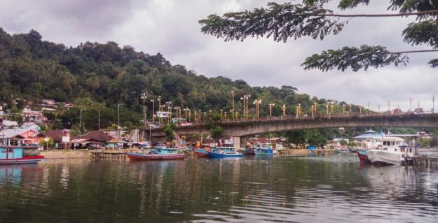 Jembatan Siti Nurbaya berdiri di atas Sungai Batang Arau