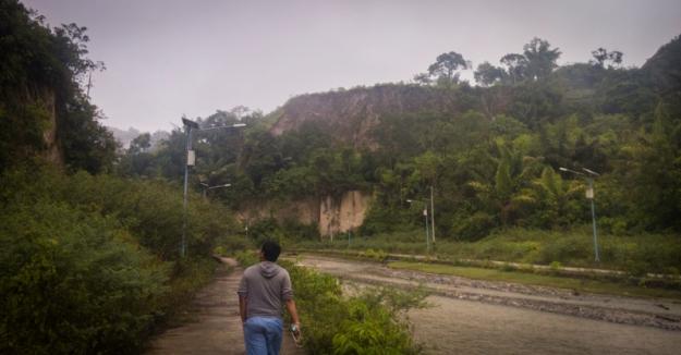 Menyusuri sungai di lembah Ngarai Sianok