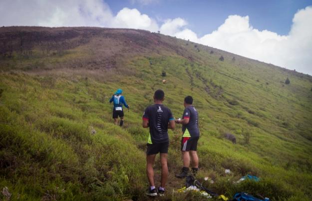 Peserta kategori 35 km masih naik ke puncak
