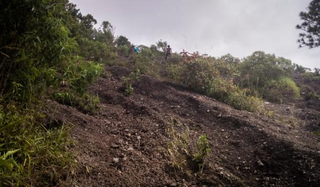 Tanjakan pasir berkerikil di Gunung Guntur