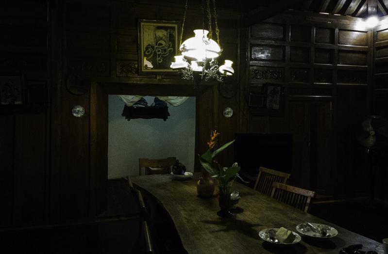 Meja makan tempat mengobrol di Villa D'Roemah Hampor