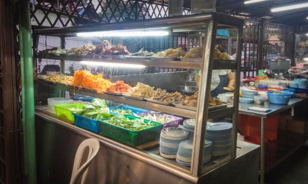 Etalase berisi lauk-pauk untuk nasi bubur Kah Mah Tomyam