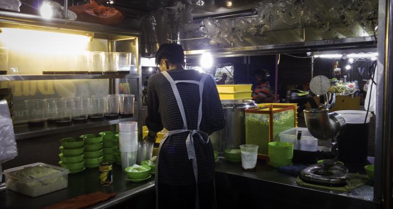 Penjual sedang menyiapkan es cendol