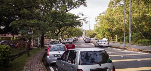 Bahu jalan di sekitar Bukit Wawasan yang dipakai parkir