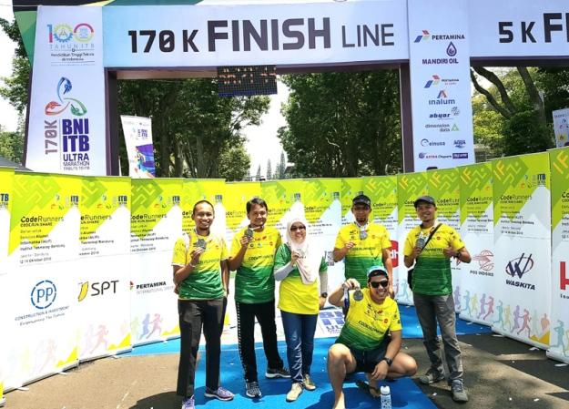 Foto bersama tim Code Runners relay 8 (kurang 2 orang)