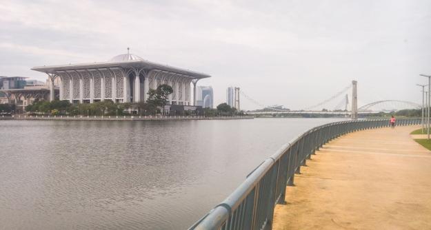 Jogging track juga melalui Masjid Masjid Tuanku Mizan Zainal Abidin a.k.a Masjid Besi