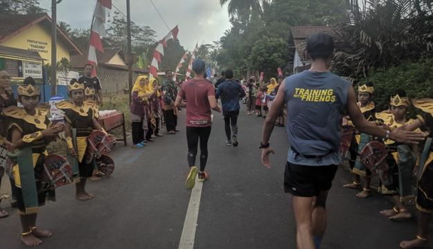 Anak-anak SD menyambut para pelari