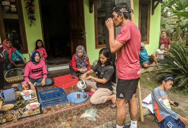 Dijamu teh hangat oleh warga setempat