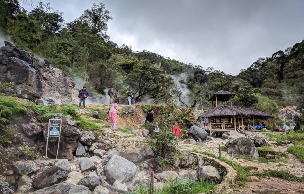 Beberapa saung di kawasan wisata Kawah Cibuni