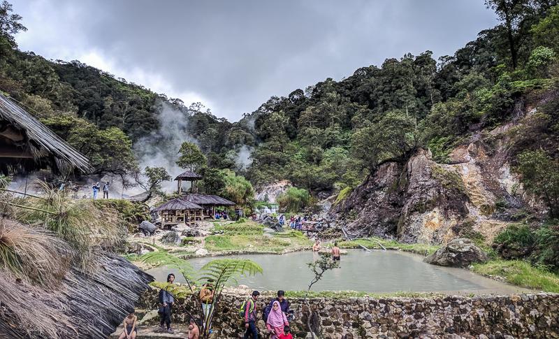 Salah satu kolam air belerang di objek wisata Kawah Cibuni