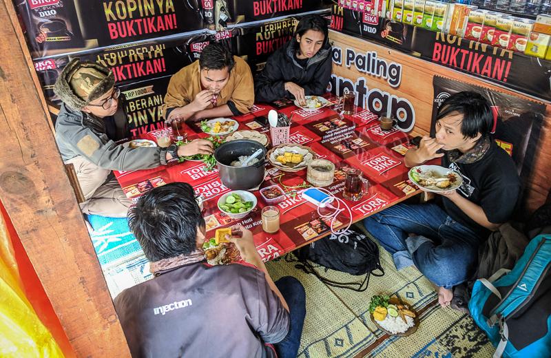 Makan siang di salah satu warung di kawasan wisata Kawah Cibuni