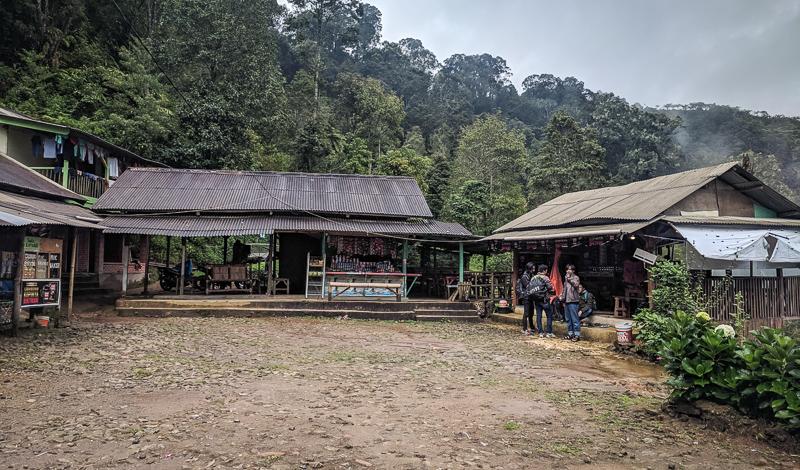 Beberapa warung yang terdapat di objek wisata Kawah Cibuni