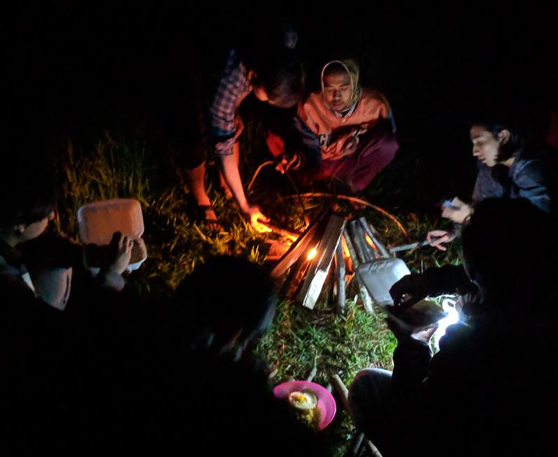 Membuat api unggun di sekitar tenda