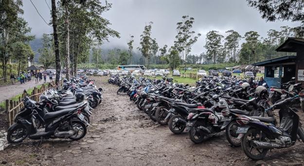 Area parkir sepeda motor di Ranca Upas