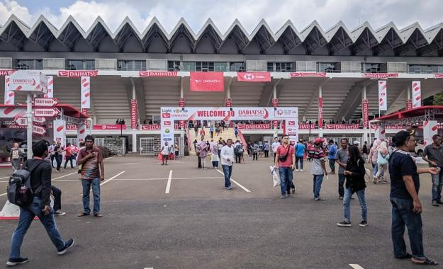 Suasana di depan Istora Senayan