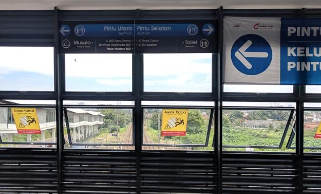 Petunjuk jalan Skywalk di Stasiun Cisauk
