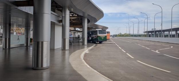 Bus Lorena yang mengantarkan penumpang ke ICE