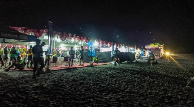 Suasana race village menjelang tengah malam