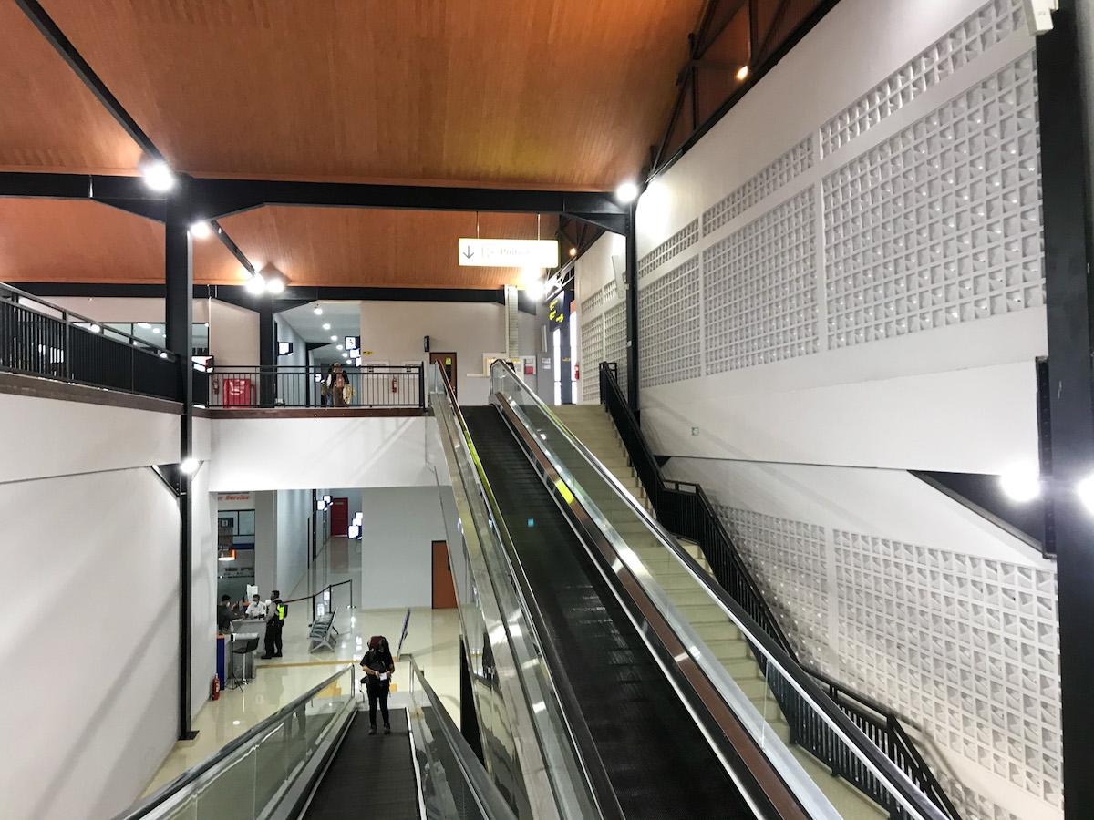 Eskalator naik dan turun menuju skybridge