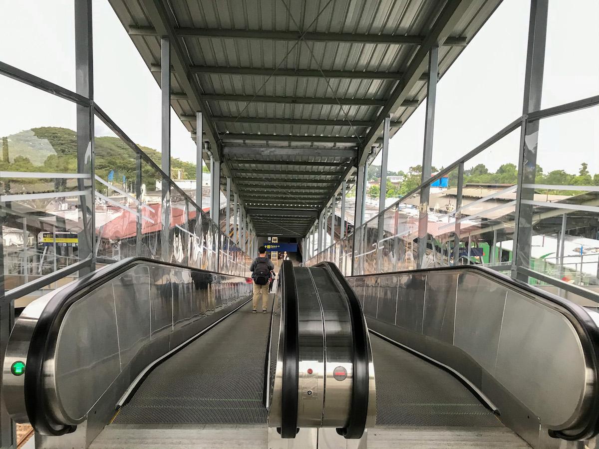 Eskalator menuju peron
