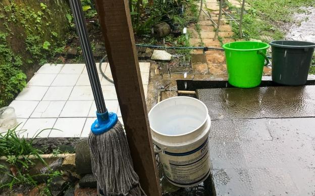 menampung air hujan dengan ember